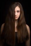 Mooi donkerbruin meisje met lang haar stock afbeelding