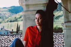 Mooi donkerbruin model met lang haar in rood overhemd royalty-vrije stock foto's