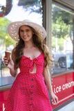 Mooi Donkerbruin Modeleats ice cream buiten een Roomijsopslag royalty-vrije stock foto's