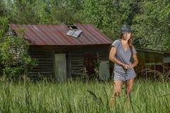Mooi Donkerbruin Modelposing outdoors in een Landelijk Milieu stock foto's