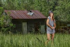 Mooi Donkerbruin Modelposing outdoors in een Landelijk Milieu stock afbeeldingen