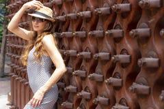 Mooi Donkerbruin Modelposing outdoors royalty-vrije stock afbeelding