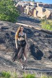 Mooi Donkerbruin Modelposing outdoors royalty-vrije stock afbeeldingen