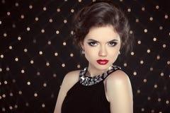 Mooi donkerbruin vrouwenmodel met make-up en kapsel in fash Royalty-vrije Stock Afbeelding