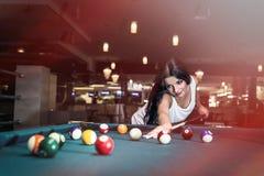 Mooi donkerbruine vrouwen speelbiljart in bar royalty-vrije stock foto