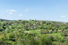 Mooi dorp op een groene heuvel in de Karpaten stock foto's