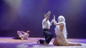 Mooi droevig liefdeverhaal tussen jonge verschillende tieners in het theater stock footage