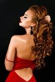 Mooi, durvend roodharig meisje in een rode kleding Stock Foto's