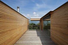 Mooi ecologic huis, in openlucht stock afbeeldingen