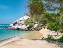 Mooi eenzaam Caraïbisch strand met palmen in het Nationale Park van Tayrona, Colombia stock afbeelding