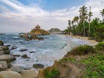 Mooi eenzaam Caraïbisch strand met palmen in het Nationale Park van Tayrona, Colombia royalty-vrije stock afbeelding
