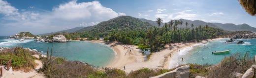 Mooi eenzaam Caraïbisch strand met palmen in het Nationale Park van Tayrona, Colombia stock afbeeldingen