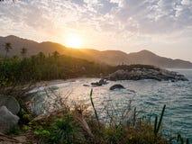 Mooi eenzaam Caraïbisch strand met palmen in het Nationale Park van Tayrona, Colombia stock foto