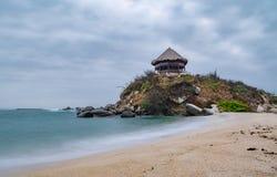 Mooi eenzaam Caraïbisch strand met palmen in het Nationale Park van Tayrona, Colombia royalty-vrije stock afbeeldingen
