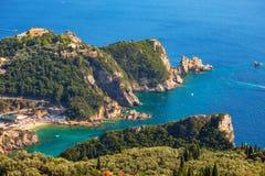 Mooi Eiland Korfu, hart-vormige Paleokastritsa-baai met charmante en prachtige panorama's stock afbeelding