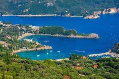 Mooi Eiland Korfu, hart-vormige Paleokastritsa-baai met charmante en prachtige panorama's royalty-vrije stock afbeeldingen