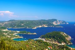 Mooi Eiland Korfu, hart-vormige Paleokastritsa-baai met charmante en prachtige panorama's royalty-vrije stock foto