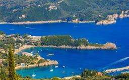 Mooi Eiland Korfu, hart-vormige Paleokastritsa-baai met charmante en prachtige panorama's Kerkyra royalty-vrije stock fotografie