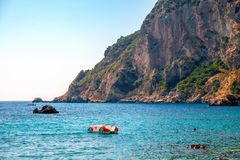 Mooi Eiland Korfu, Paleokastritsa-baai met charmante en prachtige panorama's Kerkyra stock foto's