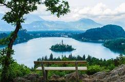 Mooi eiland met kerk in het midden van Afgetapt meer, Slovenië Royalty-vrije Stock Foto's
