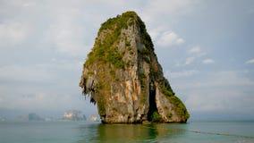 Mooi Eiland van Kalksteenrots dichtbij de Kust in het Tropische Overzees stock footage