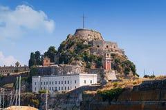 Mooi eiland van Korfu en oude vesting in de voorgrond van het prachtige blauwe overzees Kerkyra royalty-vrije stock afbeeldingen
