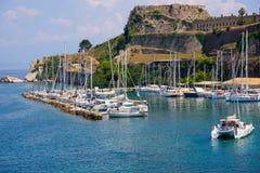 Mooi eiland van Korfu en oude vesting in de voorgrond van het prachtige blauwe overzees Kerkyra stock foto's