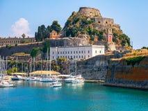 Mooi eiland van Korfu en oude vesting in de voorgrond van het prachtige blauwe overzees Kerkyra royalty-vrije stock foto's