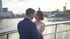 Mooi elegant huwelijkspaar in de stad stock videobeelden
