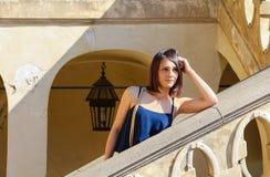 Mooi elegant meisje in een blauwe kleding Stock Foto's