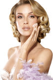 Mooi elegant model die een roombehandeling op gezicht toepassen stock foto