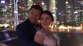Mooi elegant paar in de stad tijdens avond stock videobeelden