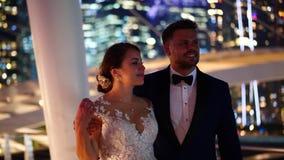 Mooi elegant paar in de stad tijdens avond stock footage