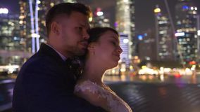 Mooi elegant paar in de stad tijdens avond stock video