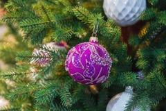 Mooi, elegant, verfraaid met bergkristallen en stenennieuwjaar` s bal op de Kerstboom De decoratie van Kerstmis stock fotografie