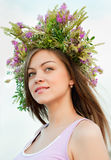 Mooi emeisje in een kroon van bloemen stock fotografie