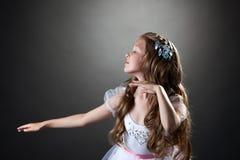 Mooi emotioneel meisje die in studio dansen stock afbeelding