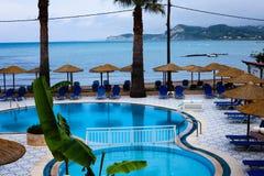 Mooi en betoverend Blauw Zwembad naast het gorgeus groene gras Stil die Water door Prachtige weide en comfort wordt omringd stock foto's