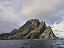 Mooi en gevaarlijk eenzaam klein eiland in Noorwegen Stock Fotografie