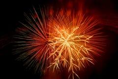 Mooi en kleurrijk vuurwerk en fonkelingen voor het vieren van nieuw jaar of andere gebeurtenis Stock Foto's