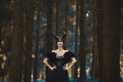 Mooi en modieus donkerbruin modelmeisje in het beeld van Maleficent - fairytale verhaal royalty-vrije stock foto's