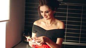 Mooi en modieus donkerbruine vrouwen yping bericht op vraagtelefoon stock video