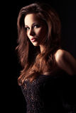 Mooi en sexy donkerbruin meisje op dark Royalty-vrije Stock Afbeelding