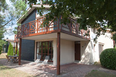 Mooi en terughoudend huis onder blauwe hemel royalty-vrije stock fotografie