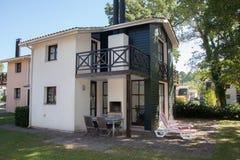 Mooi en terughoudend huis onder blauwe hemel stock fotografie