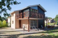 Mooi en terughoudend huis onder blauwe hemel stock foto's