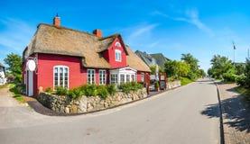 Mooi en traditioneel met stro bedekt huis in Duits Noordzeedorp Stock Afbeelding