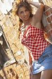 Mooi Etnisch Donkerbruin Modelposing outdoors in een Stadsmilieu royalty-vrije stock foto