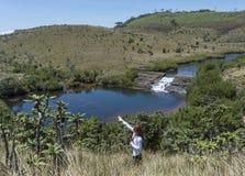 Mooi Europees meisje die aan de richting in het nationale park richten stock foto's