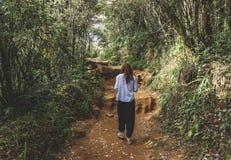 Mooi Europees meisje die in het tropische bos lopen stock foto's